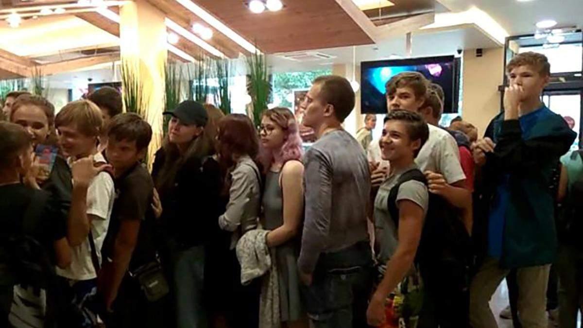 Це вже клініка: у Росії натовп шаленів за дармовими бургерами – курйозне відео