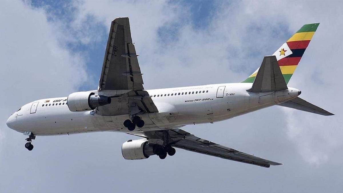 Boeing 767 приземлился с горящим двигателем (видео)