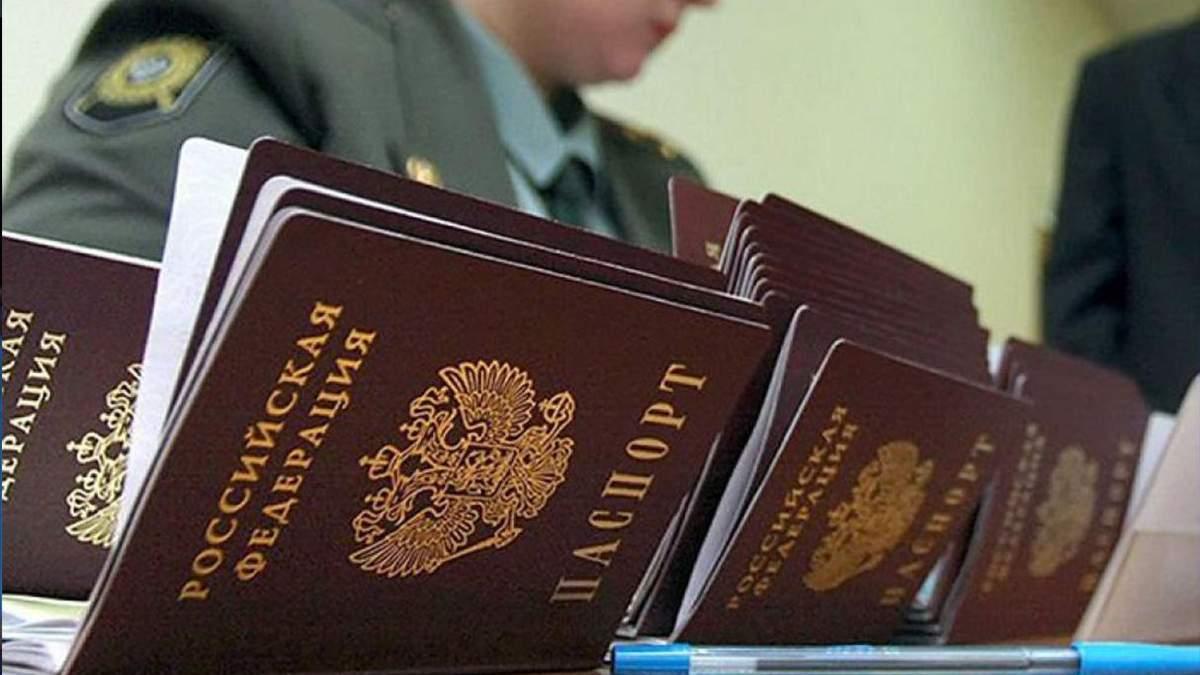 """Мешканці Донбасу разом з російськими паспортами отримують """"військовий квиток"""""""