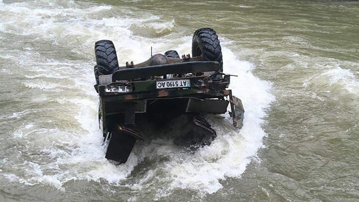 На Ивано-Франковщине авто с туристами упало в реку с высоты 40 метров: есть погибшие (обновлено)