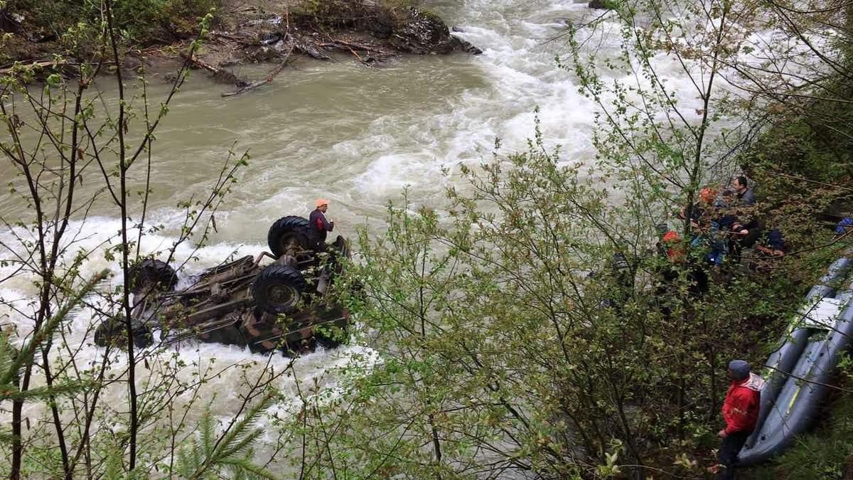Вантажівка з білорусами впала з висоти у гірську річку на Прикарпатті: усе, що наразі відомо