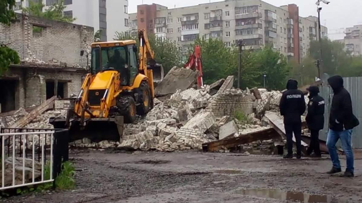У Львові знесли ще одну незаконну будівлю: фото