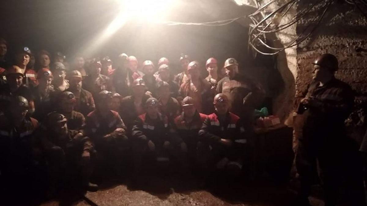 В Кривом Роге вторые сутки бастуют шахтеры