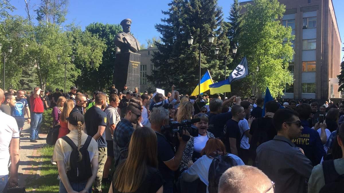 Митинг против возвращения проспекта имени Жукова в Харькове: столкновения активистов