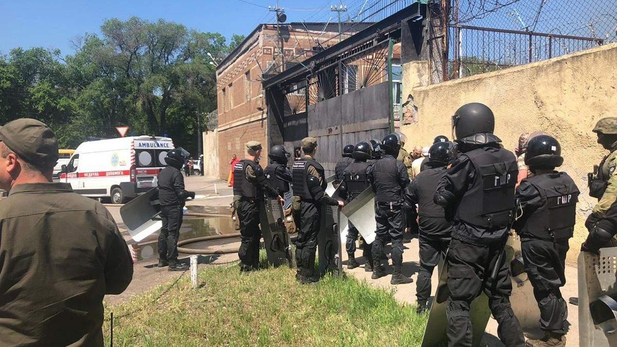 Во время бунта в одесской колонии пострадали 13 сотрудников