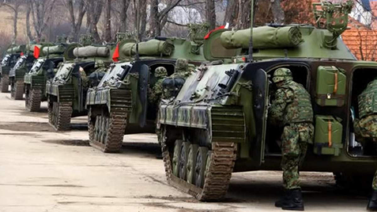 Сербія відправила винищувач і своїх солдатів до кордону з Косово