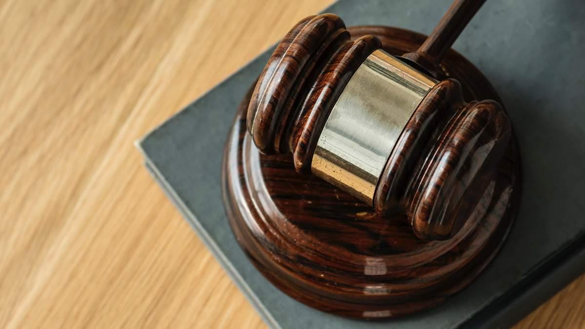 Суддя, обвинувачений в отриманні великого хабара, досі працює