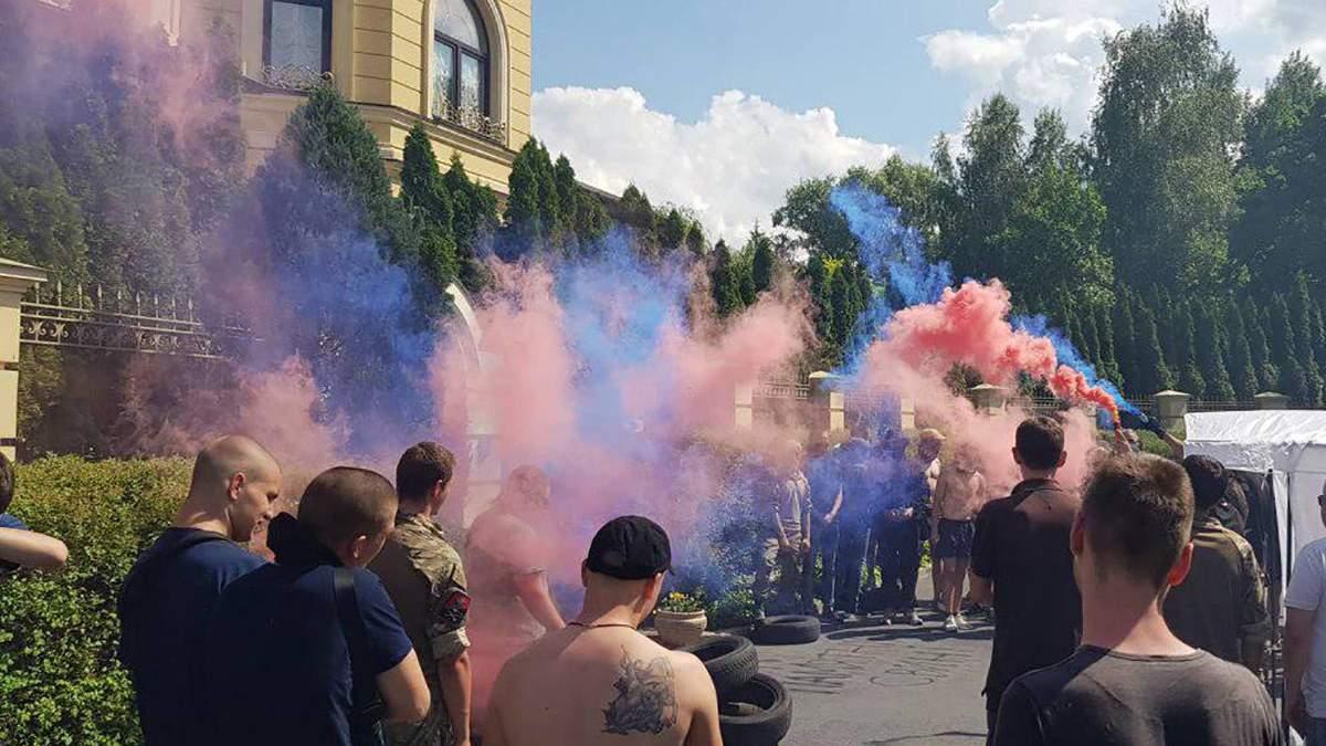 Пикет возле дома Гладковских