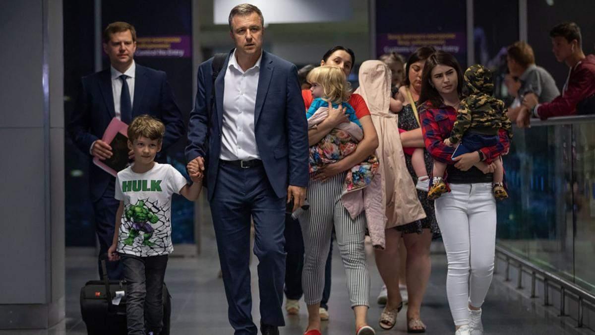 В Україну літаком президента повернулись 10 малюків, яких мати хотіла вивезти до Абхазії