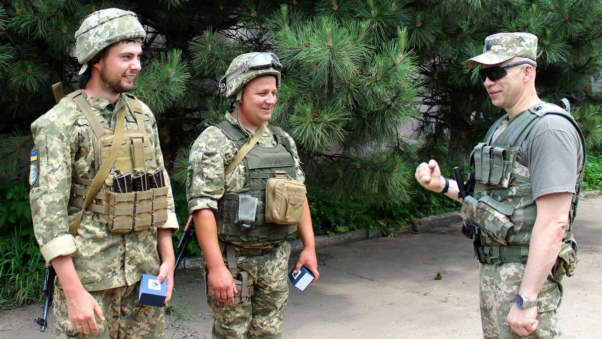 "Командувач об'єднаних сил генерал-лейтенант Олександр Сирський нагородив героїв ""Світлодарської дуги"""