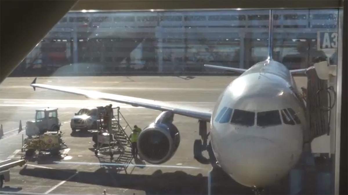 Жінка відчинила замість дверей туалету аварійний вихід у літаку