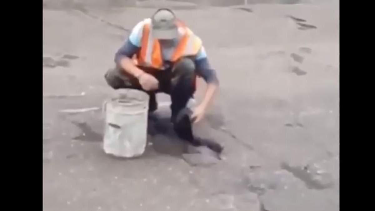 В России ремонтники оконфузились во время латания ям на дороге