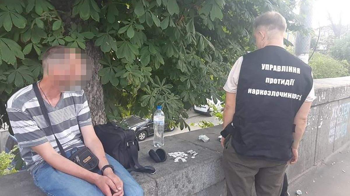 Фельдшер намагався пронести наркотики у СІЗО: поліція його затримала