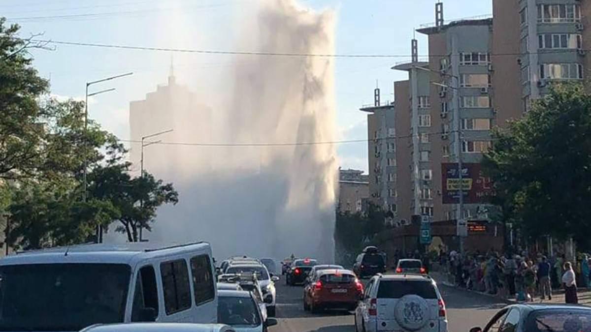 В Києві з-під асфальту забив фонтан: відео