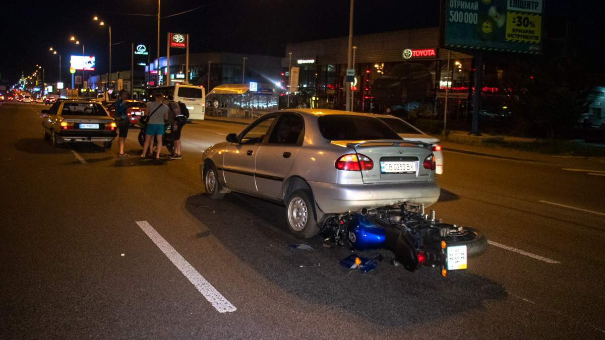 Мотоцикліст в'їхав в автомобіль та ледь не потрапив під колеса: відео