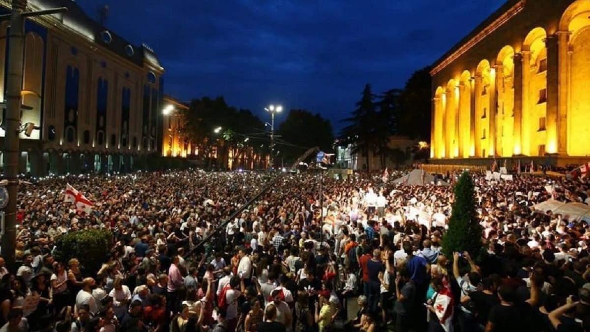Протести під стінами парламенту Тбілісі
