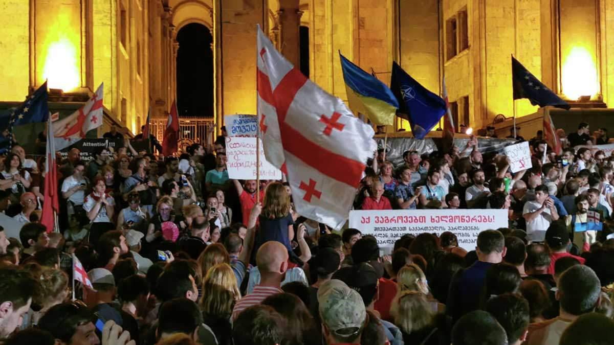 Протестувальники у Грузії спалили російський прапор