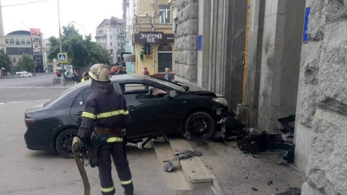 У Харківську мерію врізався автомобіль: фото
