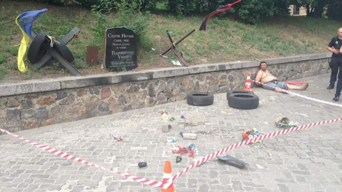 Вандал уничтожил мемориал герою Небесной Сотни в Киеве: фото