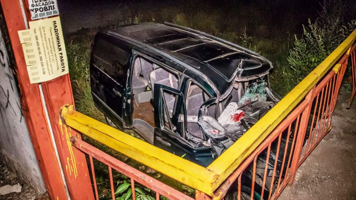 Авто влетіло в зупинку під Дніпром: пасажирів затиснуло у салоні – фото і відео