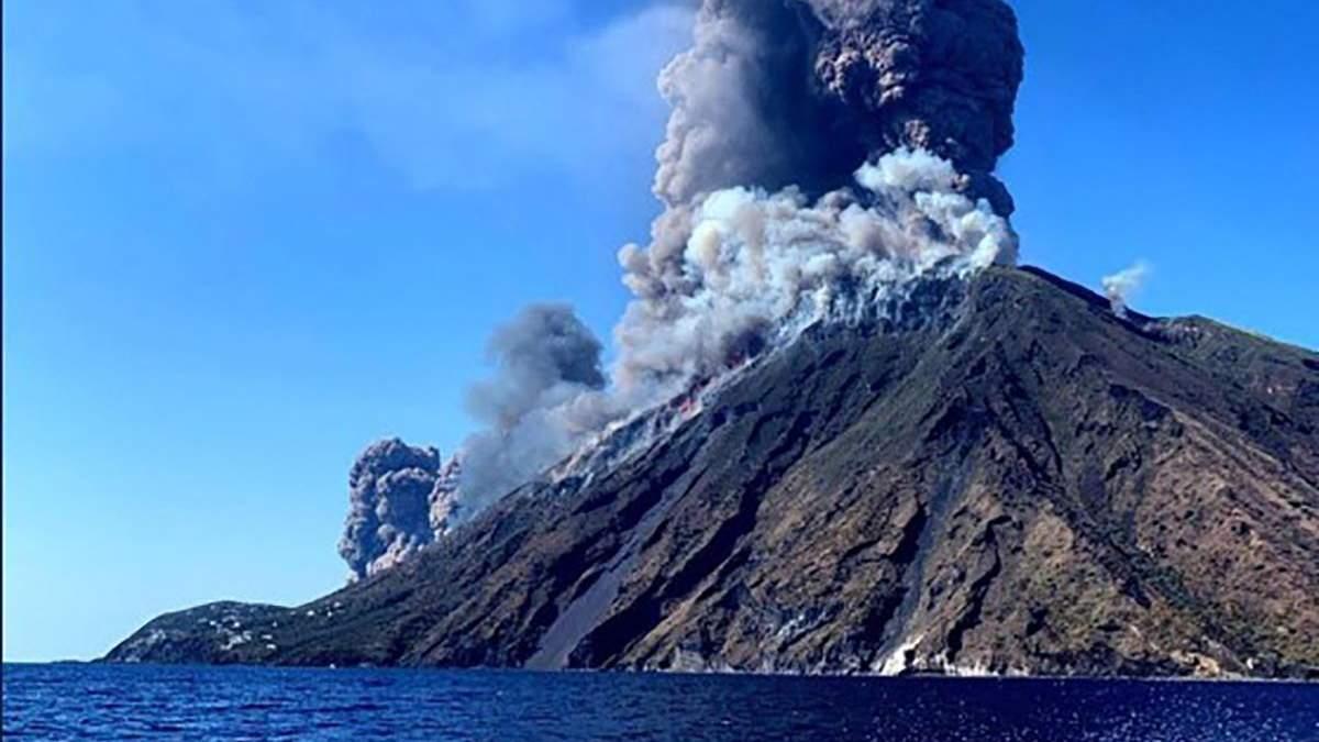Извержение вулканку на острове Стромболи в Италии 3 июля 2019
