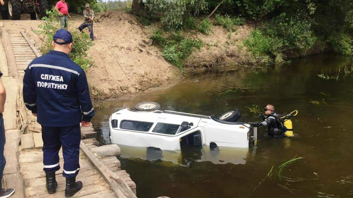 Машина сорвалась с моста в реку на Черниговщине: водитель погиб на месте