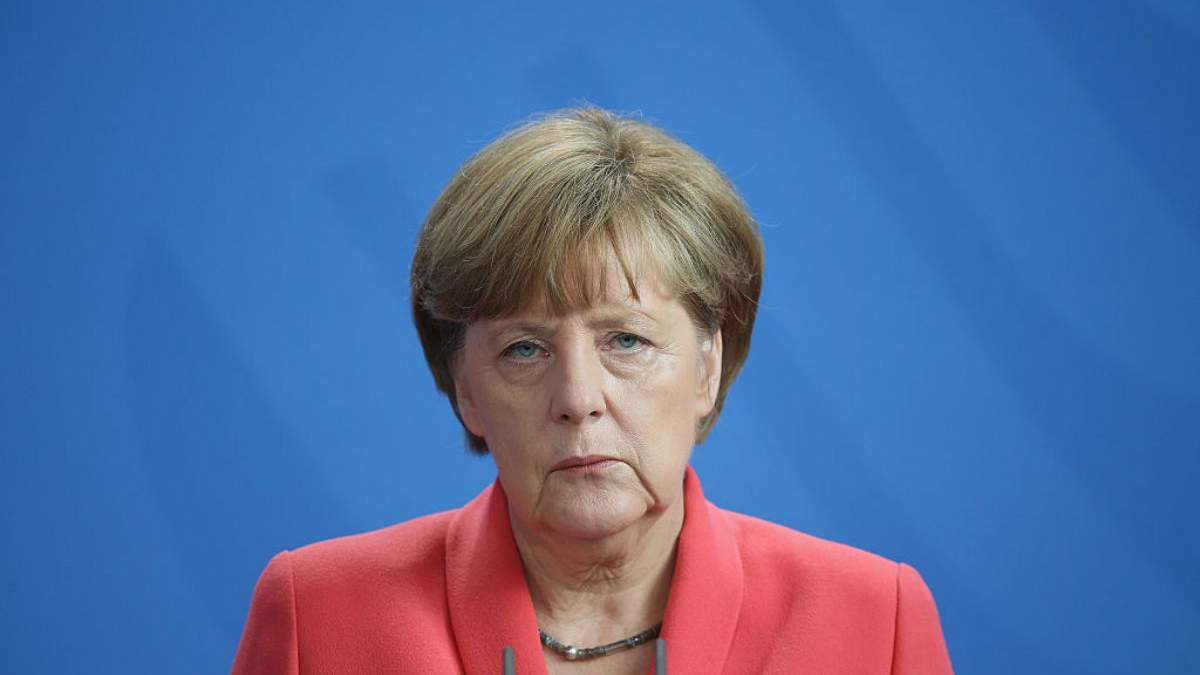 Из-за дрожания Меркель изменила официальный протокол