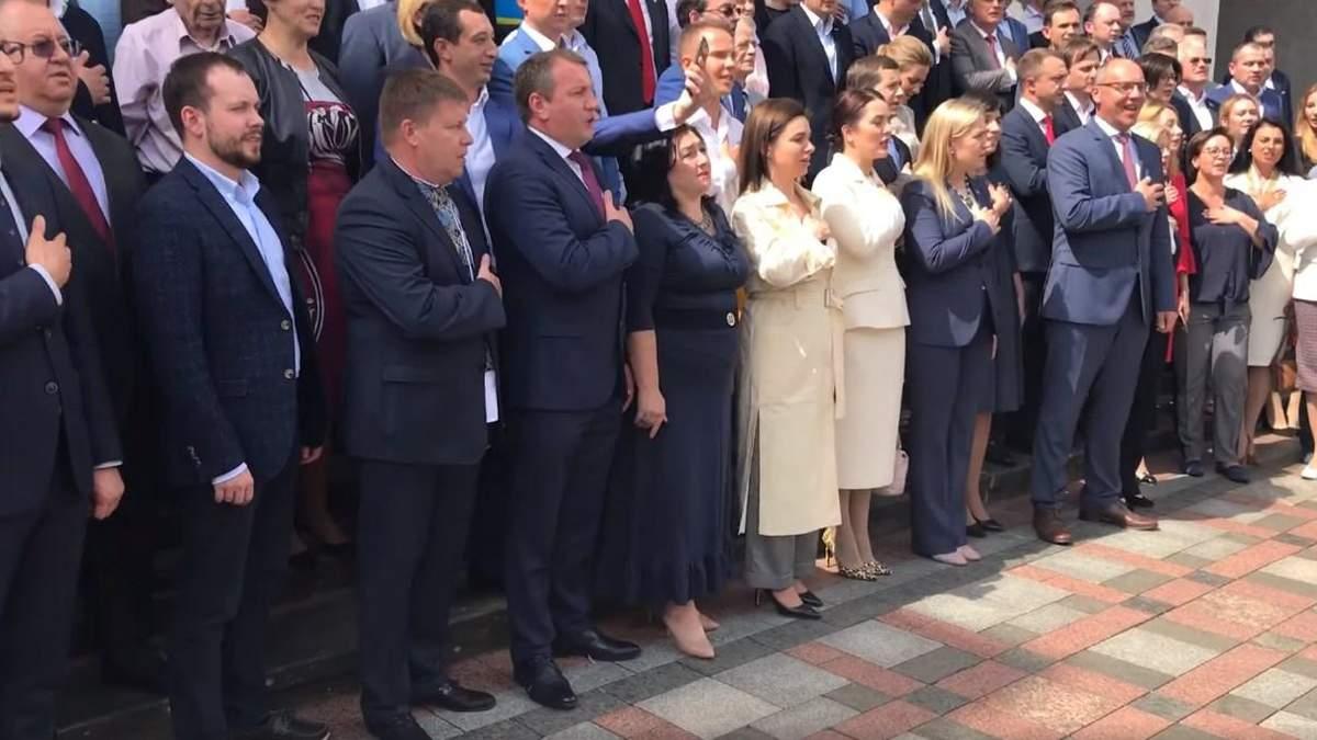 Нардепи разом заспівали гімн під стінами парламенту