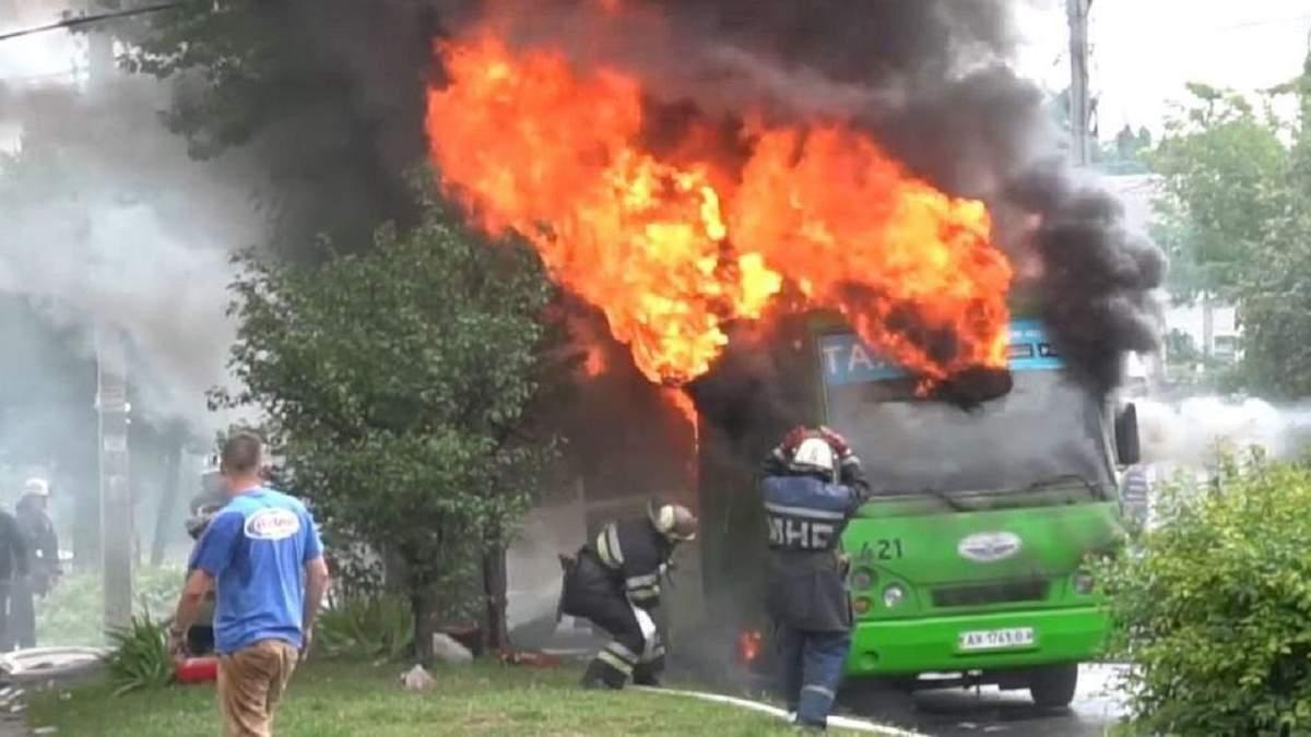 В Харькове переполненная маршрутка загорелась во время движения: видео пожара