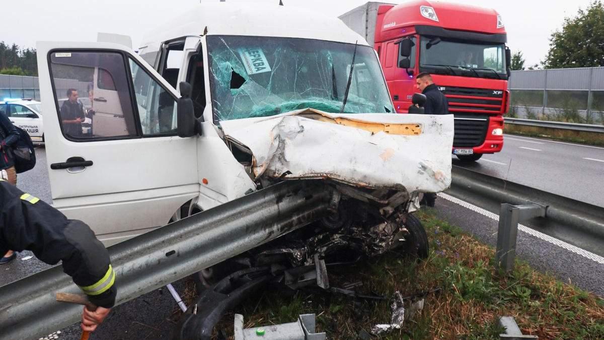 Маршрутка с легковушкой столкнулись на Киевщине: 3 погибших, 17 пострадавших