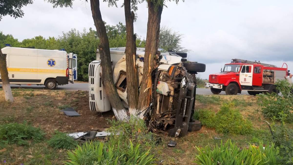 На трассе Харьков – Симферополь грузовик въехал в легковушку, есть погибший (фото)