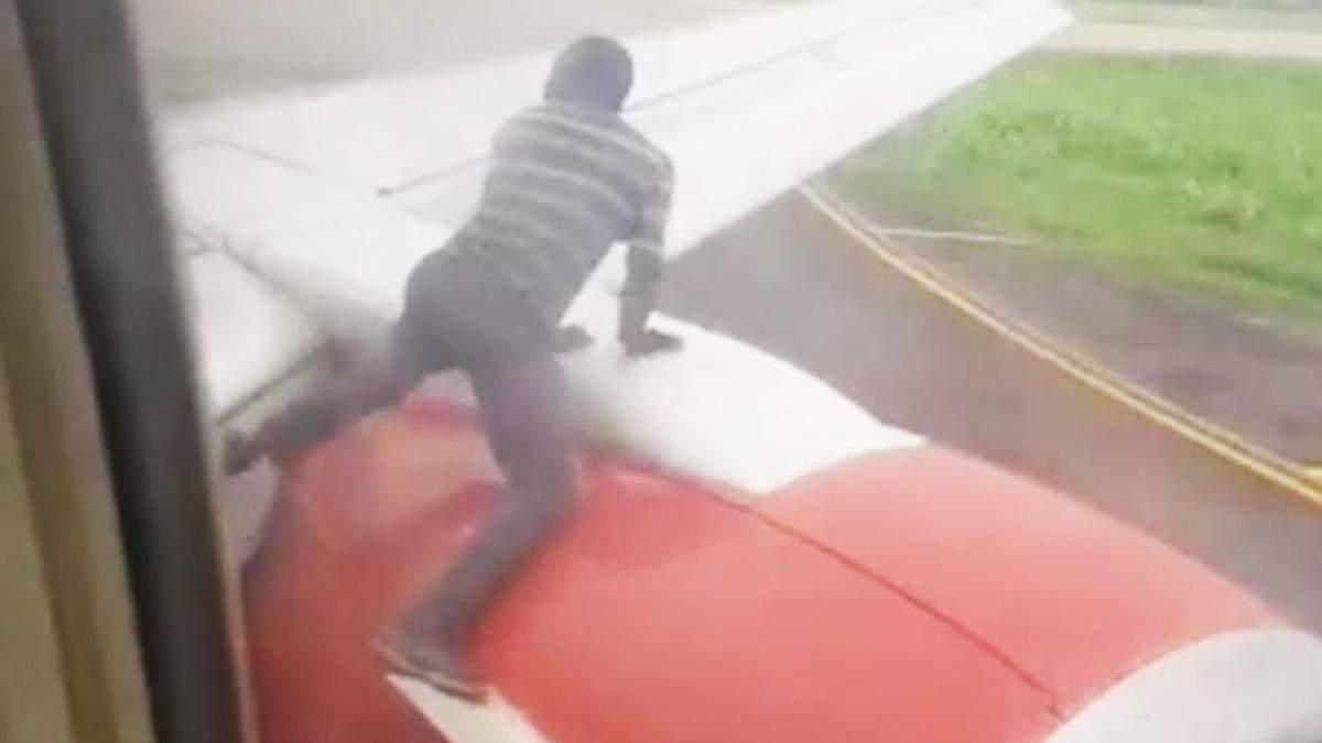 Мужчина хотел пролететь в Гану верхом на крыле самолета