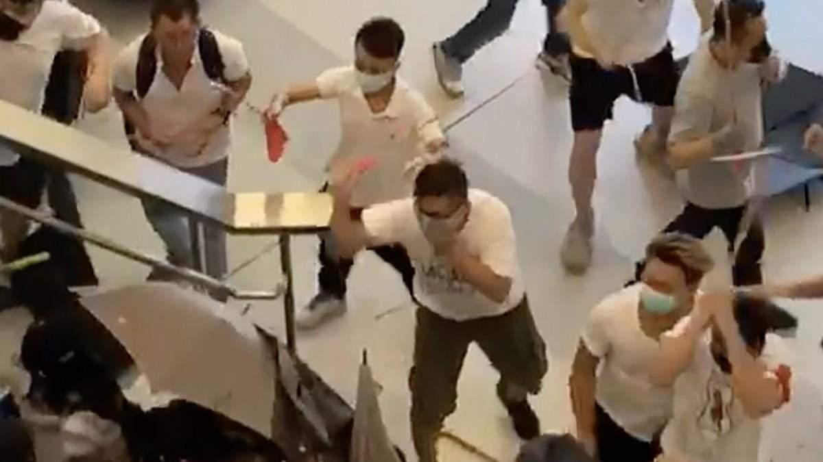 Нападение на протестующих в Гонконге