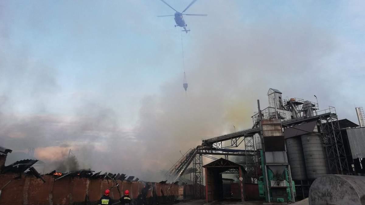 Ніжин, пожежу на заводі гасять із гелікоптера