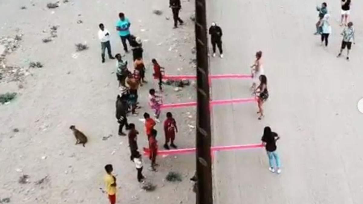 Качели на границе между Мексикой и США