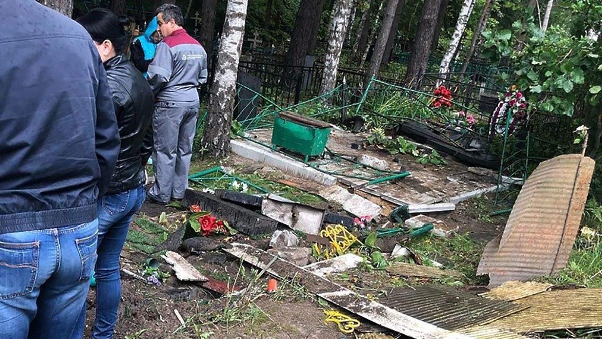 Пьяные десантники в России проехались на машине по могилах на кладбище: фото
