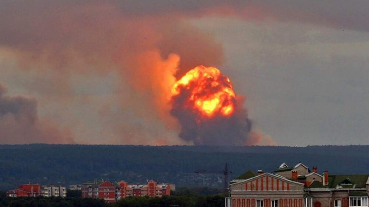 Через вибухи на артскладах в Росії загинула людина