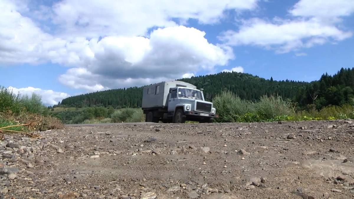 Священник снимает видео о состоянии дорог: видео из Львовщины