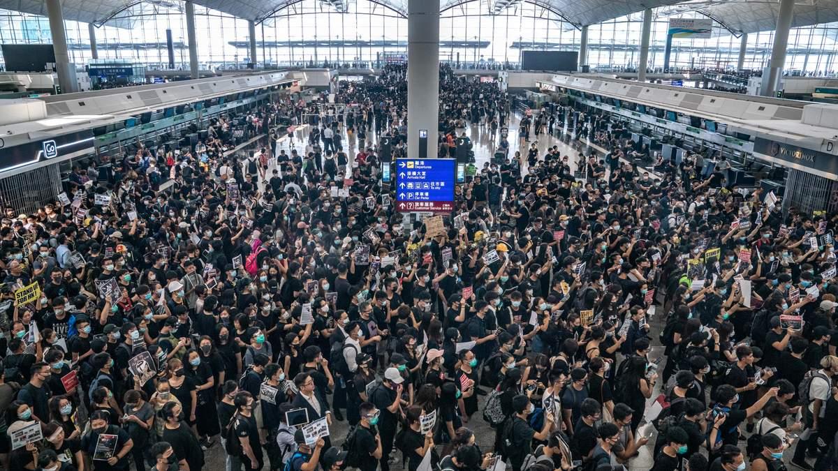 Протестующие в аэропорту Гонконга