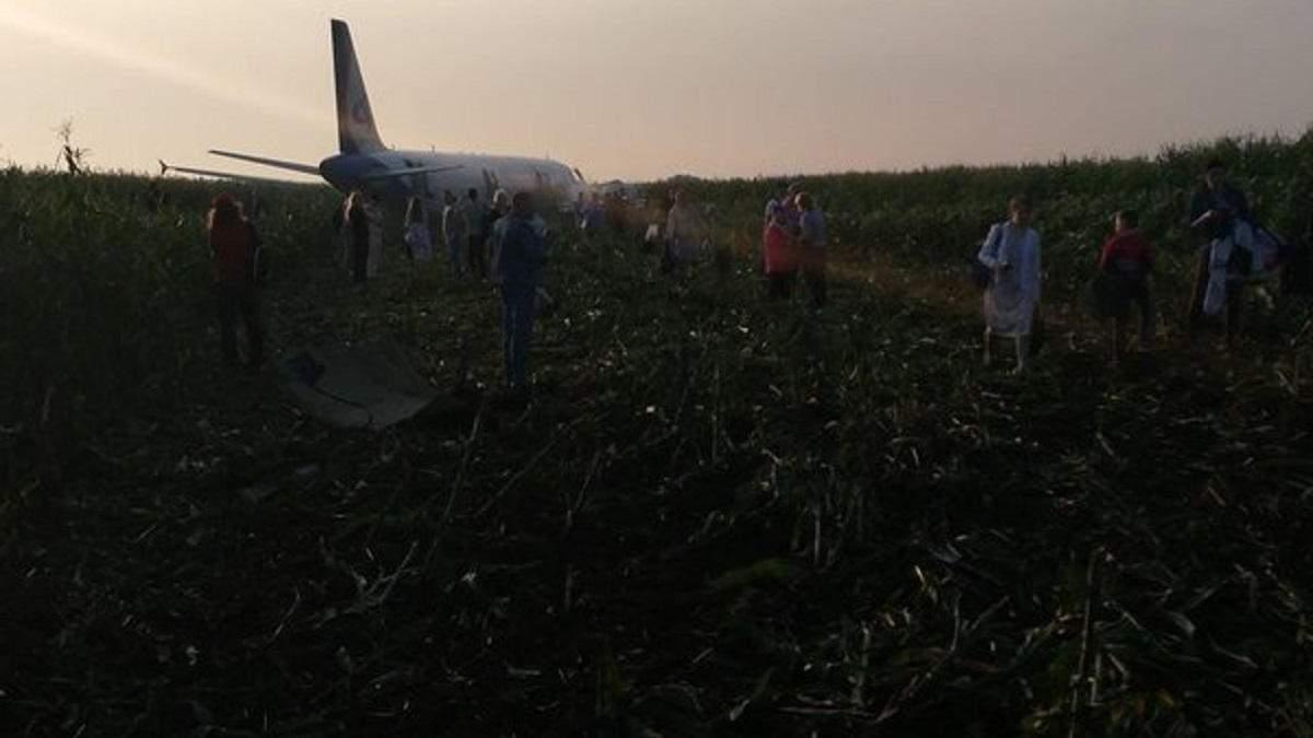 Пассажирский самолет в поле под Москвой