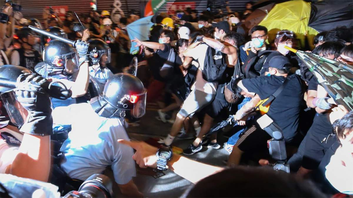 Полиция применила силу к митингующим в Гонконге