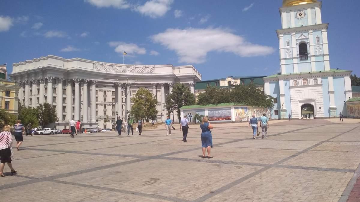 100 грн за участь: у центрі Києва на Михайлівській площі відбувся мітинг на підтримку Філарета