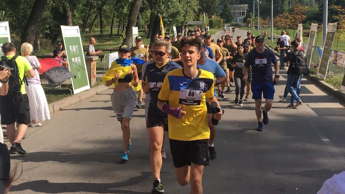В Киеве прошел забег в честь погибших на Востоке военных: трогательное видео