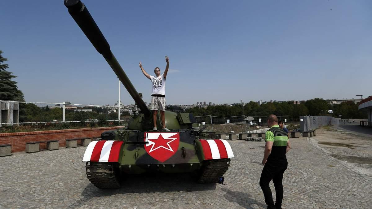 Сербські фанати привезли танк до стадіону