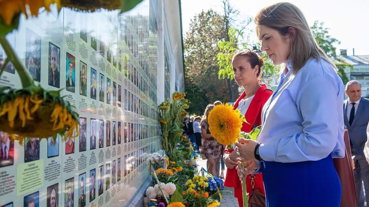Нардепи поклали квіти до стіни пам'яті із загиблими українськими солдатами
