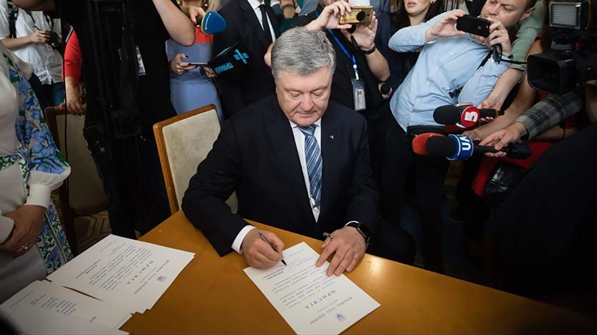 У Порошенко выпало удостоверение депутата сразу после вручения: видео