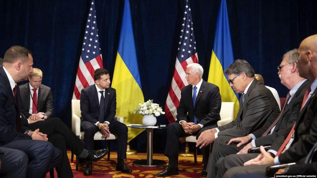 Президент Украины Владимир Зеленский во время встречи с вице-президентом США Майком Пенсом