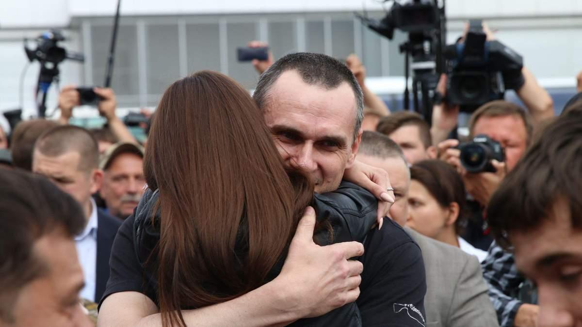 Олег Сенцов обнимается с дочерью Алиной