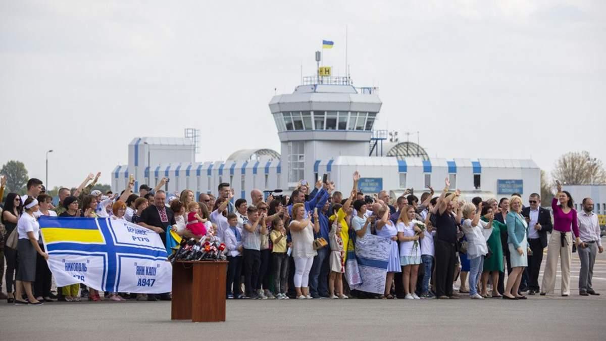 Зустріч українських бранців Кремля в аеропорту