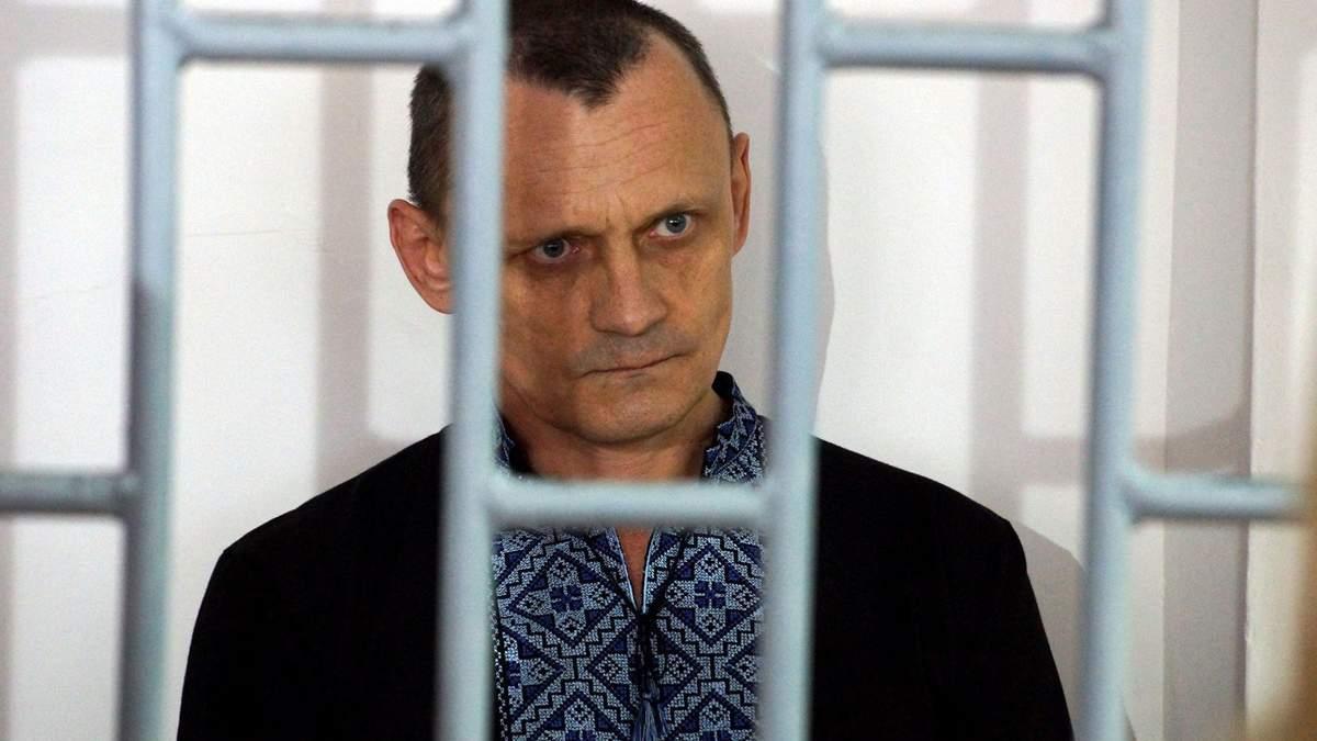 Закривають голову кульком, замотують скотчем, вмикають струм: Карпюк розповів про тортури в РФ